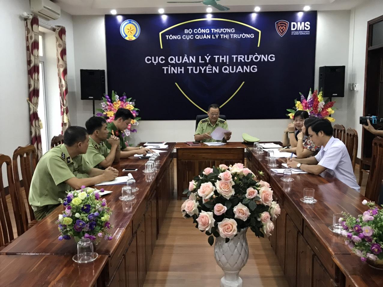 Đội Quản lý thị trường số 5 trực thuộc Cục Quản lý thị trường tỉnh Tuyên Quang, tổ chức tiêu hủy hàng hóa nhập lậu